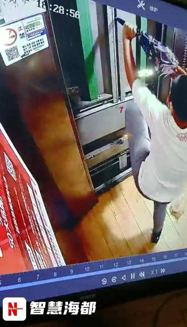 Cậu bé 13 tuổi bước vào thang máy chung cư rồi đột ngột biến mất, gia đình khóc ngất khi xem lại video hiện trường - Ảnh 2.