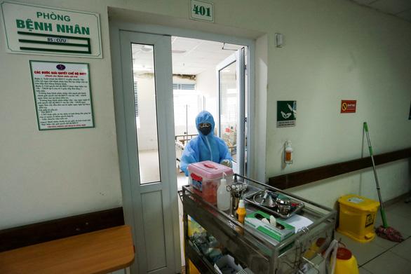 BN chăm bố vợ ở BV Bệnh nhiệt đới TƯ mắc Covid-19: Đi ăn cưới, ăn giỗ, tiếp xúc nhiều người, có nguy cơ lây nhiễm cao - Ảnh 1.