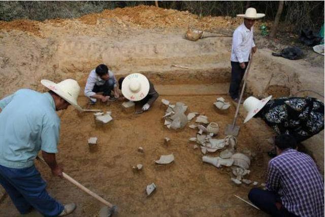Phát hiện ngôi mộ cổ trong hang đất, chuyên gia tức tốc tìm đến nhưng 4 chữ trong mộ khiến họ phẫn nộ - Ảnh 1.