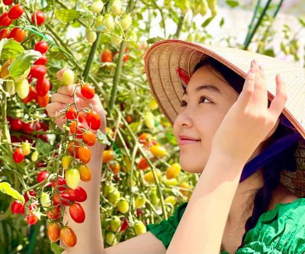 Con gái Quyền Linh đi làm vườn mà bùng nổ visual với vẻ ngoài xinh xỉu, để mặt mộc cũng không thể dìm được - Ảnh 1.