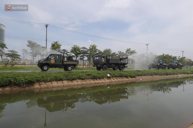 Ảnh: Quân đội tổng lực phun khử khuẩn, tiêu độc Bệnh viện Bệnh Nhiệt đới Trung ương cơ sở 2 - Ảnh 2.