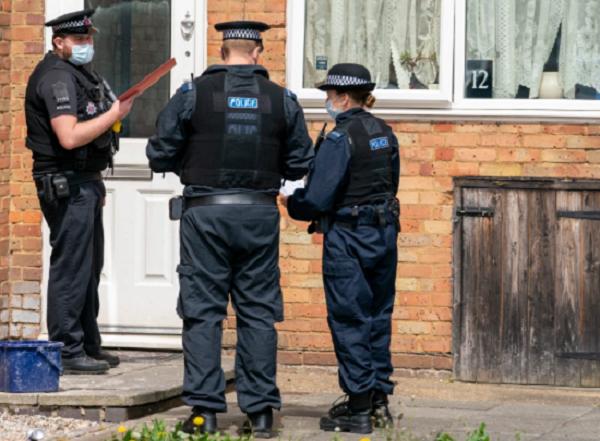 Giúp đỡ người vô gia cư, người cha 4 con tại Anh nhận cái chết thương tâm - Ảnh 1.
