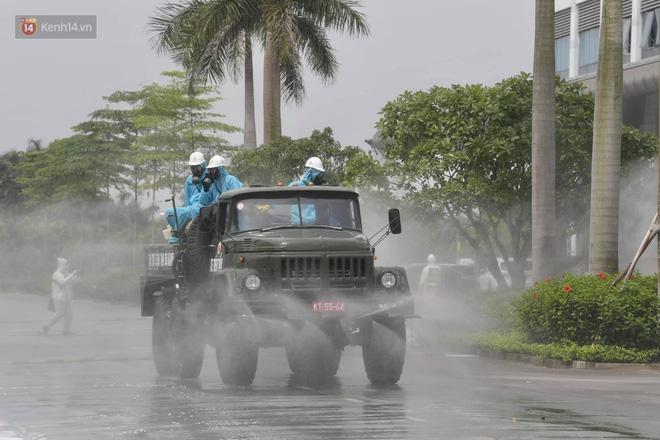 Ảnh: Quân đội tổng lực phun khử khuẩn, tiêu độc Bệnh viện Bệnh Nhiệt đới Trung ương cơ sở 2 - Ảnh 13.