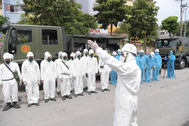 Ảnh: Quân đội tổng lực phun khử khuẩn, tiêu độc Bệnh viện Bệnh Nhiệt đới Trung ương cơ sở 2 - Ảnh 14.