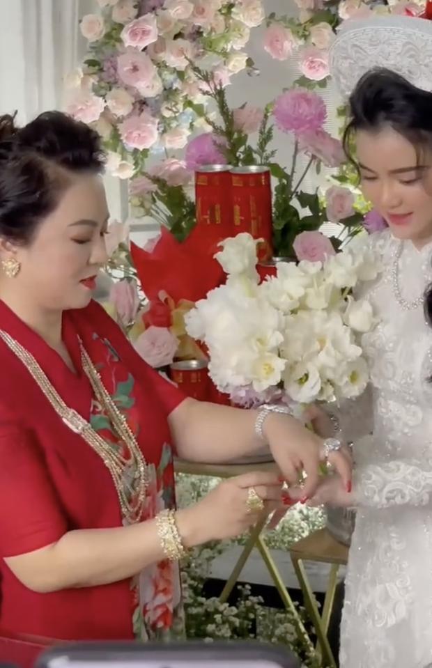 Con dâu sinh năm 96 của bà chủ Đại Nam Phương Hằng khoá Facebook sau lễ đính hôn ngập kim cương - Ảnh 4.