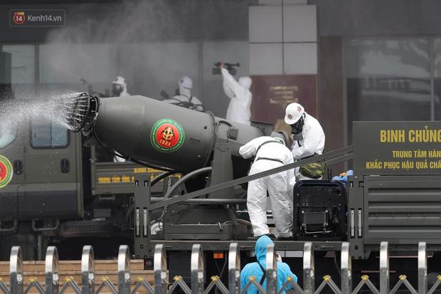 Ảnh: Quân đội tổng lực phun khử khuẩn, tiêu độc Bệnh viện Bệnh Nhiệt đới Trung ương cơ sở 2 - Ảnh 4.