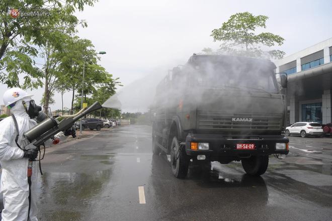 Ảnh: Quân đội tổng lực phun khử khuẩn, tiêu độc Bệnh viện Bệnh Nhiệt đới Trung ương cơ sở 2 - Ảnh 6.