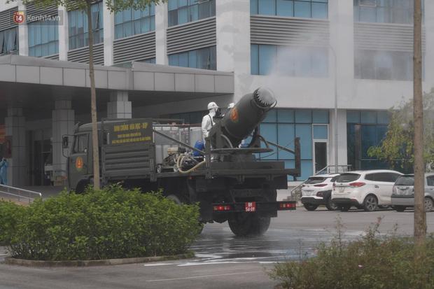 Ảnh: Quân đội tổng lực phun khử khuẩn, tiêu độc Bệnh viện Bệnh Nhiệt đới Trung ương cơ sở 2 - Ảnh 8.