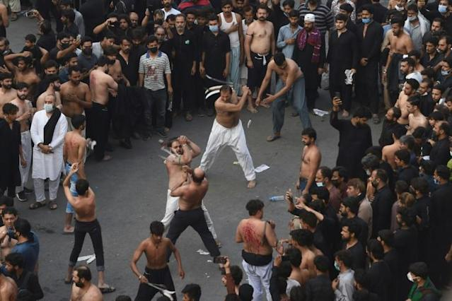 10.000 người ở quốc gia láng giềng Ấn Độ diễu hành bất chấp COVID-19 - Ảnh 2.