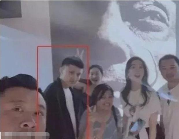 Xôn xao mỹ nhân 50 triệu fan lộ chuyện hẹn hò, Lưu Diệc Phi vào diện tình nghi vì 1001 hint đáng ngờ với đồng nghiệp - Ảnh 2.