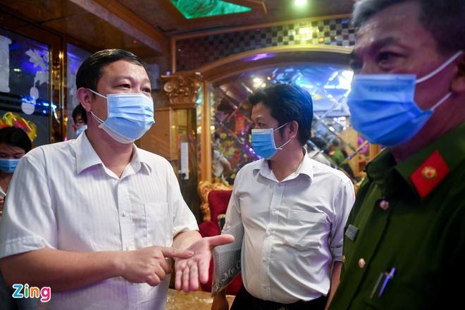 Phó Chủ tịch TP.HCM: TP.HCM ghi nhận nhiều F1, sắp tới rất căng thẳng; Nữ nhân viên chùa Tam Chúc dương tính với SARS-CoV-2 - Ảnh 1.