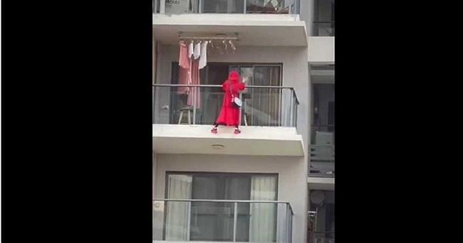 Cô gái diện đồ đỏ uốn éo ngoài lan can để quay clip nhưng bất ngờ té tử vong, thư tuyệt mệnh tìm thấy tại hiện trường làm cảnh sát bối rối - Ảnh 1.