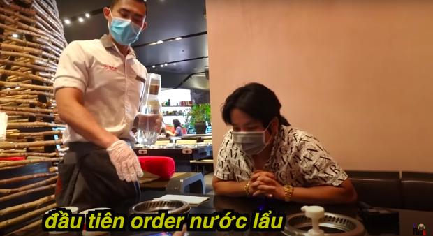 """Khoa Pug review ăn lẩu Haidilao trong mùa dịch tại Mỹ, hé lộ loạt điểm khác biệt so với Việt Nam: Nhiều người sẽ rất """"khó chịu"""" ở điểm này - Ảnh 3."""