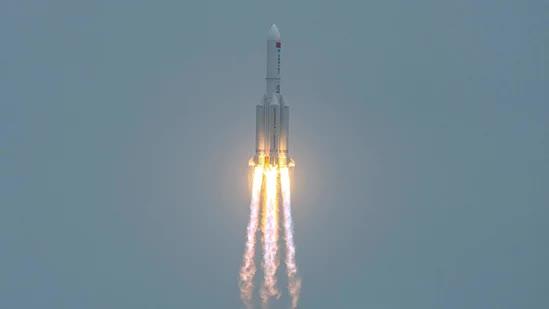 Tin mới nhất về vị trí tên lửa Trung Quốc lao xuống Trái Đất: Chỉ còn vài giờ, dân thế giới hoảng sợ - Tại sao Mỹ không bắn hạ? - Ảnh 1.