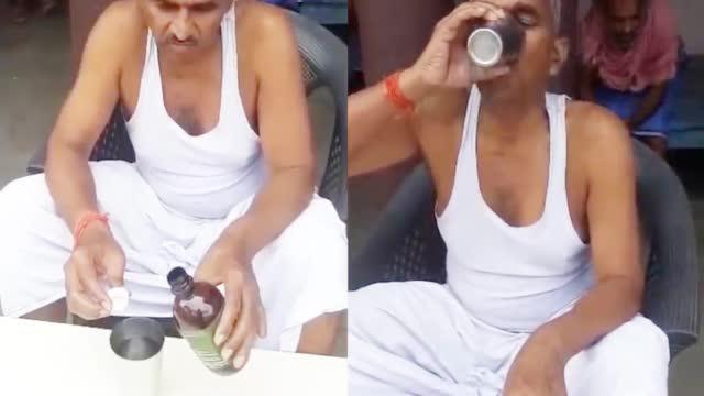 Số ca nhiễm và tử vong tăng kỷ lục, nghị sĩ Ấn Độ vẫn vô tư thị phạm uống nước tiểu bò để chống Covid-19 - Ảnh 4.