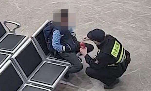 Cậu bé 12 tuổi lang thang ngoài đường giữa đêm, hành động kỳ lạ nhưng chỉ nói một câu khiến cảnh sát nghẹn ngào, dân tình thương trào nước mắt - Ảnh 4.