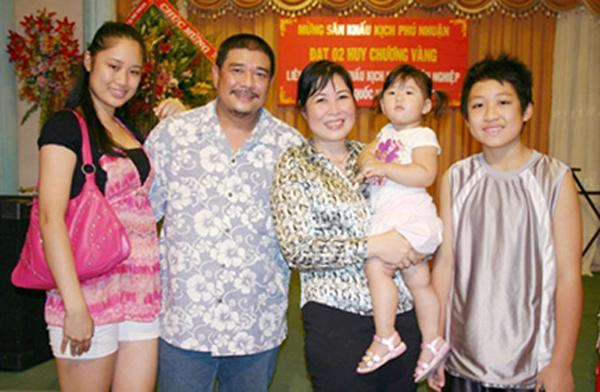 Con trai vừa thắng giải Đạo diễn tại Mỹ của NSND Hồng Vân: Ngoan ngoãn, tài giỏi, yêu cha dượng như cha đẻ  - Ảnh 1.