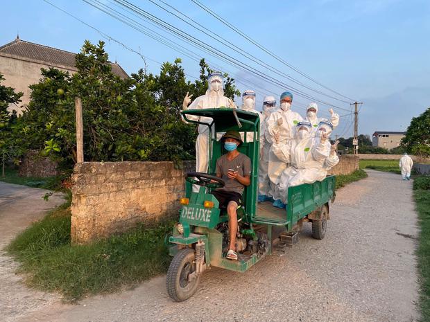 Trăng mật trong tâm dịch của vợ chồng bác sĩ trẻ ở Quảng Ninh - Ảnh 1.