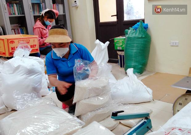 Ảnh: Những shipper 0đ dưới nắng nóng cháy da cháy thịt trong tâm dịch Thuận Thành, Bắc Ninh - Ảnh 13.