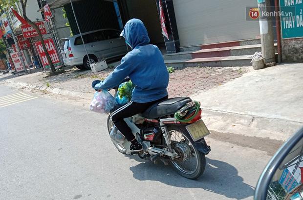 Ảnh: Những shipper 0đ dưới nắng nóng cháy da cháy thịt trong tâm dịch Thuận Thành, Bắc Ninh - Ảnh 14.