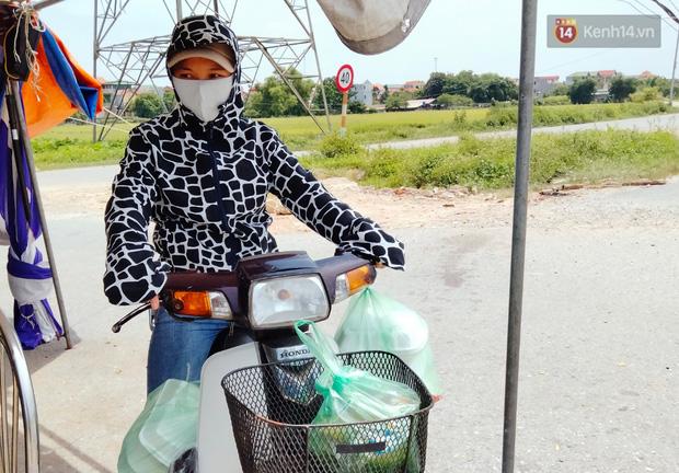 Ảnh: Những shipper 0đ dưới nắng nóng cháy da cháy thịt trong tâm dịch Thuận Thành, Bắc Ninh - Ảnh 17.