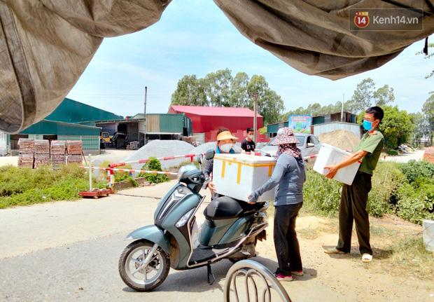 Ảnh: Những shipper 0đ dưới nắng nóng cháy da cháy thịt trong tâm dịch Thuận Thành, Bắc Ninh - Ảnh 18.
