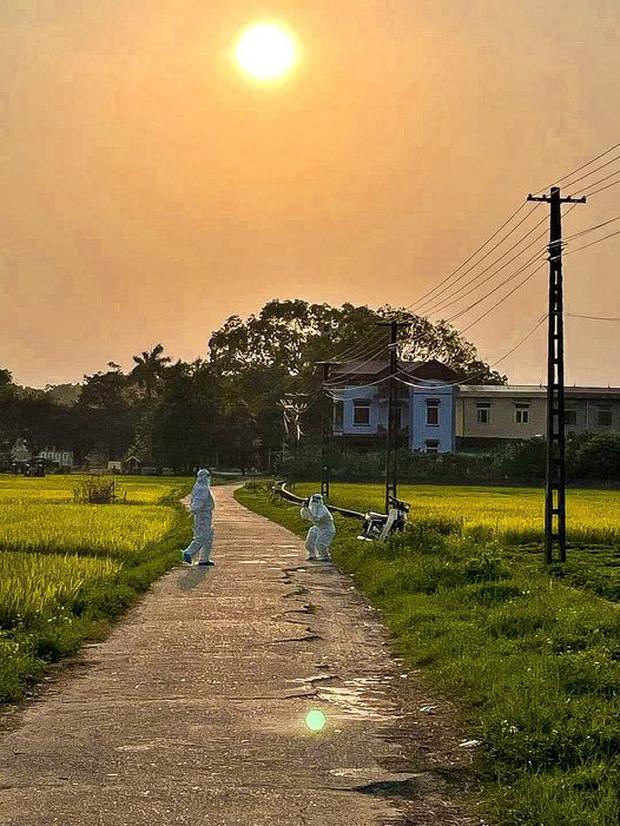 Trăng mật trong tâm dịch của vợ chồng bác sĩ trẻ ở Quảng Ninh - Ảnh 2.