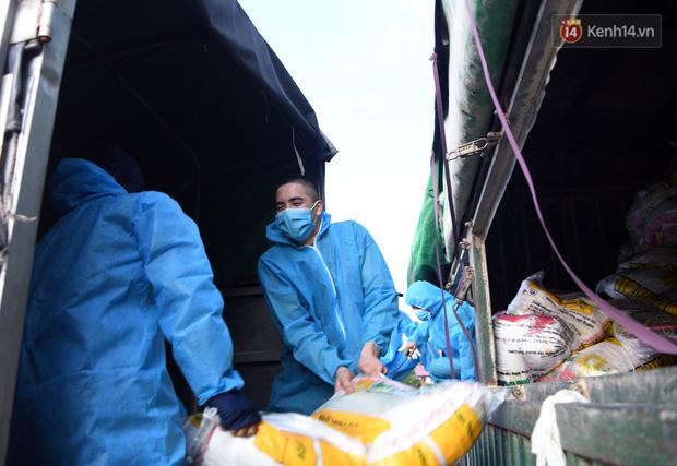 Ảnh: Những shipper 0đ dưới nắng nóng cháy da cháy thịt trong tâm dịch Thuận Thành, Bắc Ninh - Ảnh 7.