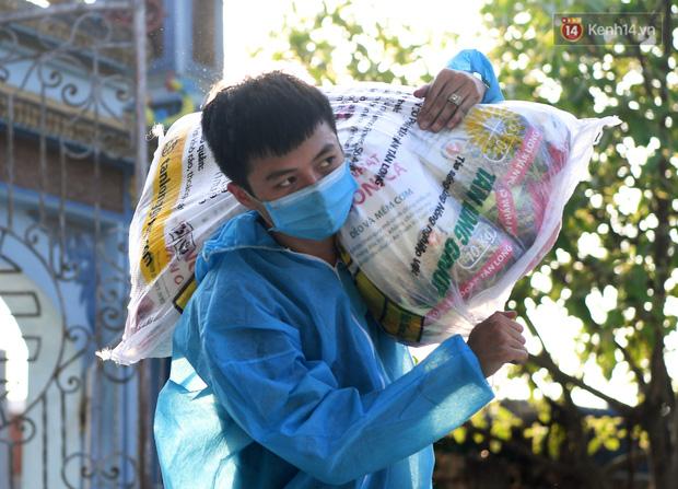 Ảnh: Những shipper 0đ dưới nắng nóng cháy da cháy thịt trong tâm dịch Thuận Thành, Bắc Ninh - Ảnh 9.