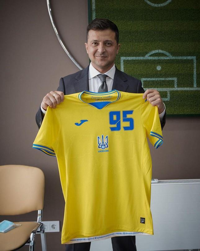Phản ứng bất ngờ của ông Putin khi áo đấu Euro 2020 của Ukraine in hình bán đảo Crimea - Ảnh 2.