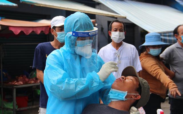 15 ngày giãn cách xã hội toàn TP.HCM: Hàng chục chuỗi lây, ca nhiễm tăng kỷ lục, nhiều bệnh viện bị tấn công - Ảnh 2.