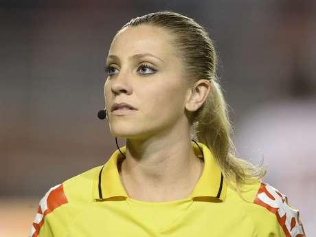 Nữ trọng tài xinh đẹp giận dỗi khi không được cầm còi trận Việt Nam vs Malaysia - Ảnh 1.