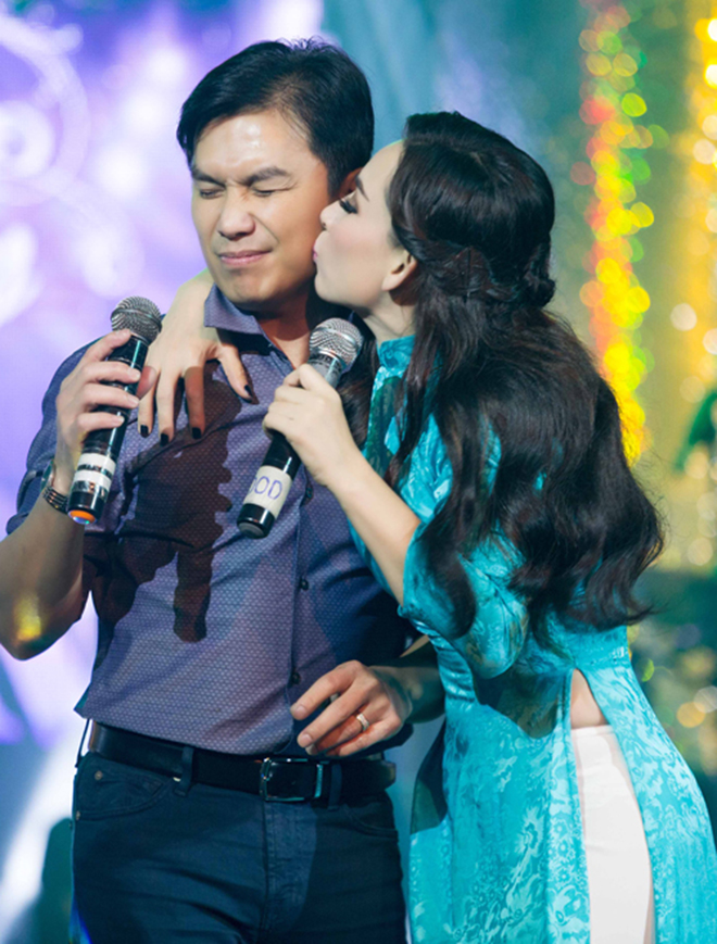 Đời tư kín tiếng nhưng Phi Nhung lại rất thoải mái ôm hôn đồng nghiệp nam - Ảnh 5.