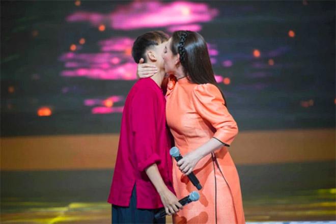 Đời tư kín tiếng nhưng Phi Nhung lại rất thoải mái ôm hôn đồng nghiệp nam - Ảnh 15.