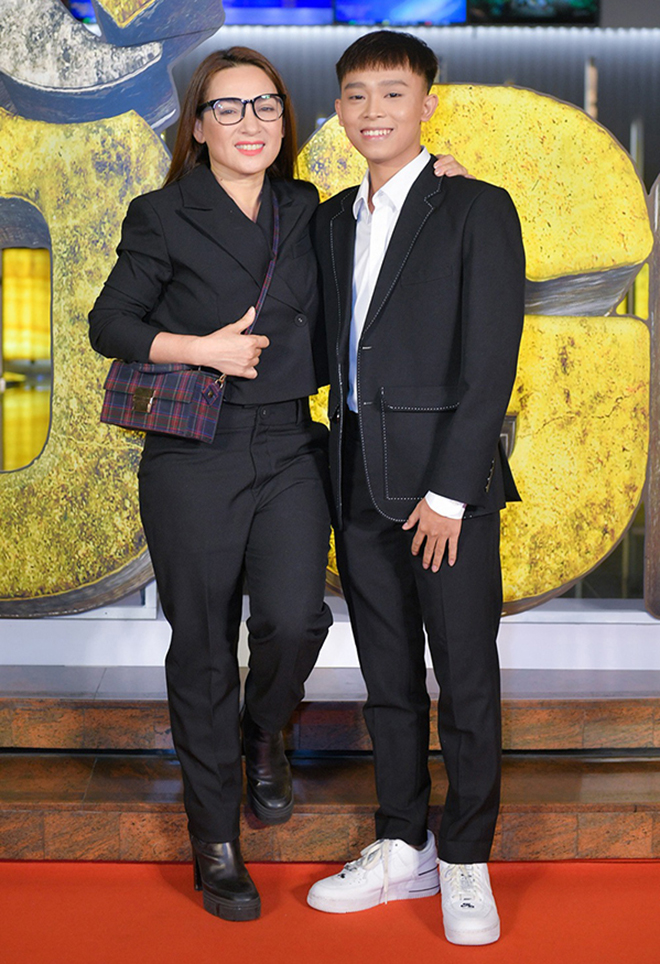 Đời tư kín tiếng nhưng Phi Nhung lại rất thoải mái ôm hôn đồng nghiệp nam - Ảnh 13.