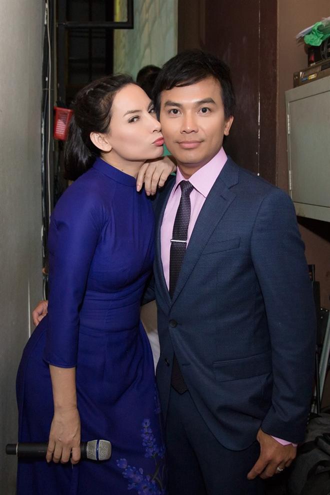 Đời tư kín tiếng nhưng Phi Nhung lại rất thoải mái ôm hôn đồng nghiệp nam - Ảnh 4.