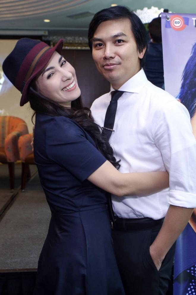 Đời tư kín tiếng nhưng Phi Nhung lại rất thoải mái ôm hôn đồng nghiệp nam - Ảnh 2.