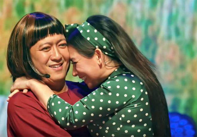 Đời tư kín tiếng nhưng Phi Nhung lại rất thoải mái ôm hôn đồng nghiệp nam - Ảnh 8.