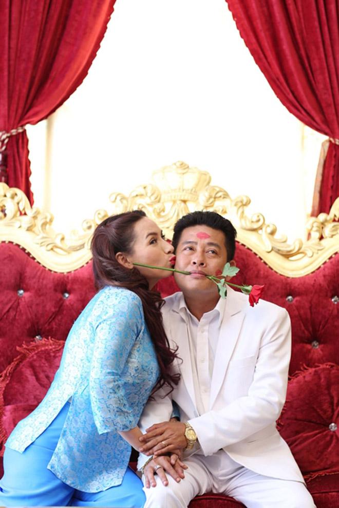 Đời tư kín tiếng nhưng Phi Nhung lại rất thoải mái ôm hôn đồng nghiệp nam - Ảnh 12.