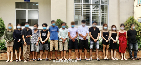 13 nam nữ trong 2 phòng hát karaoke bỏ chạy tán loạn khi thấy công an; Thêm 51 ca Covid-19 mới, TP.HCM có 10 ca - Ảnh 1.
