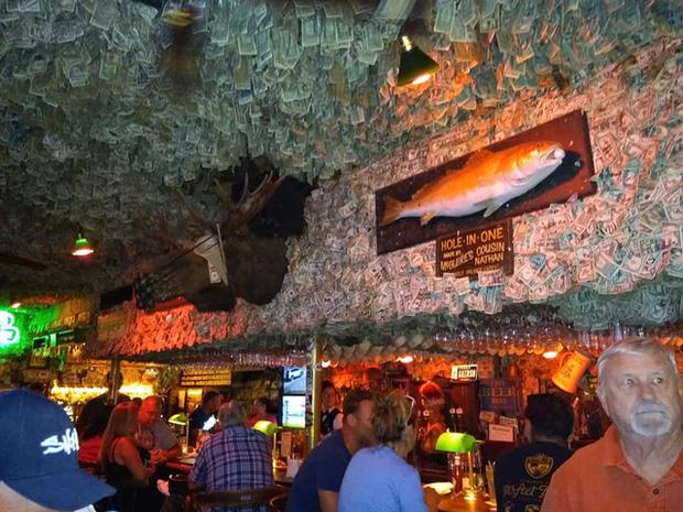 Nhà thừa tiền không biết làm gì, chủ quán rượu dán hơn 4 tỷ lên tường trang trí cho vui - Ảnh 1.
