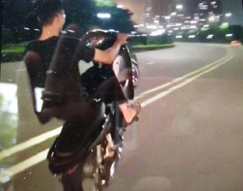 Khoe bốc đầu xe máy, nam thanh niên bị phạt 4,2 triệu đồng - Ảnh 1.
