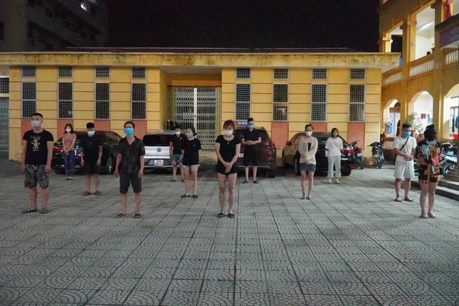 Giữa tâm dịch Bắc Ninh, 11 thanh niên tụ tập bay lắc trong khách sạn  - Ảnh 1.