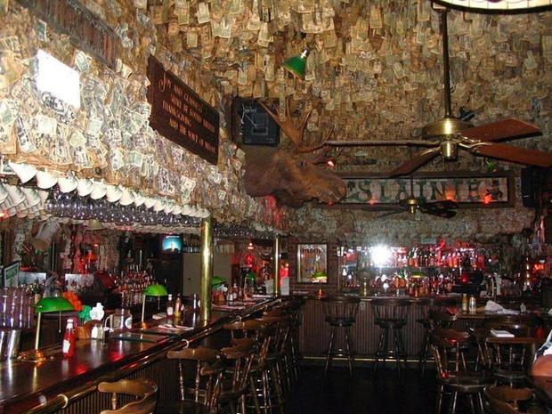 Nhà thừa tiền không biết làm gì, chủ quán rượu dán hơn 4 tỷ lên tường trang trí cho vui - Ảnh 4.
