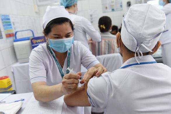 22 nhân viên Bệnh viện Bệnh nhiệt đới TP.HCM nhiễm COVID-19; Vì sao nhân viên bệnh viện đã tiêm đủ 2 mũi vắc- xin vẫn mắc bệnh? - Ảnh 1.