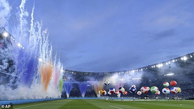 CHÙM ẢNH: Lễ khai mạc EURO 2020 rực rỡ và hiện đại - Ảnh 4.
