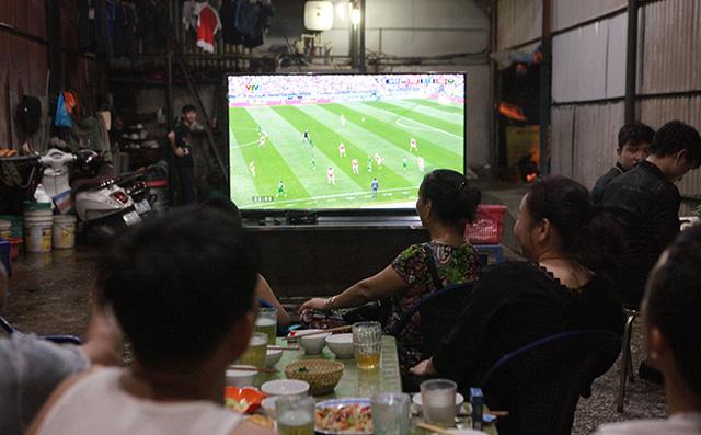 Đang cách ly, 7 người ở Bắc Giang vẫn tụ tập uống bia, xem bóng đá Việt Nam và Malaysia