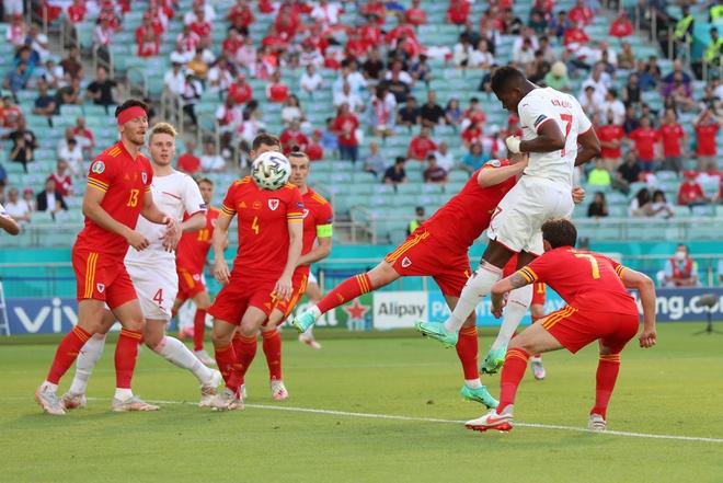 Thủ môn Thụy Sĩ cứu thua như Tấn Trường, Gareth Bale hú vía trong ngày ra quân ở Euro 2020 - Ảnh 3.