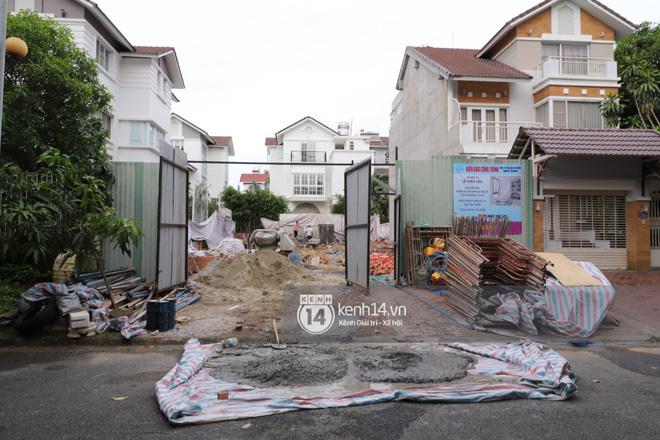 Trực tiếp thăm biệt thự của Thuỷ Tiên giữa ồn ào: Đã đập đi hoàn toàn để xây mới, công trình che kín, thông tin chủ đầu tư gây chú ý - Ảnh 3.