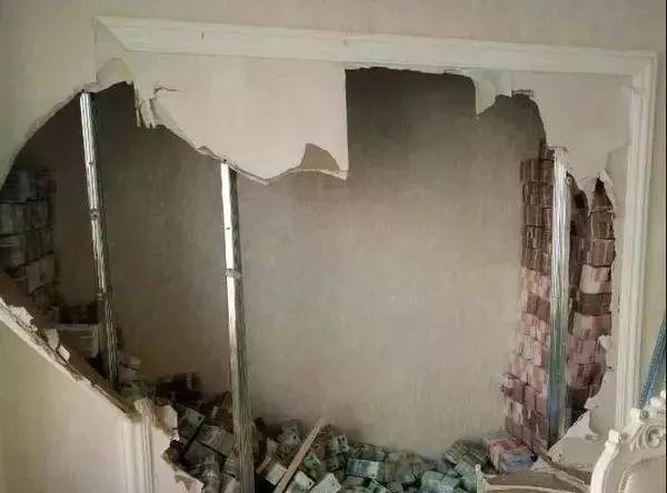 Phát hiện bức tường kỳ lạ trong căn nhà mới mua, thử đục ra xem, người phụ nữ vội báo cảnh sát khi thấy thứ này đầy ắp bên trong - Ảnh 2.